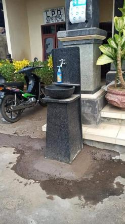 Dokumentasi Pemasangan Washtafel di Depan Kantor Desa