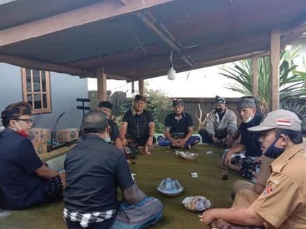 Perbekel Bengkala I Made Astika bersama Forum Komunikasi Perbekel se-Kecamatan Kubutambahan melayat