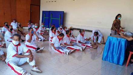 Kelas Lansia di Balai Masyarakat Desa Bengkala