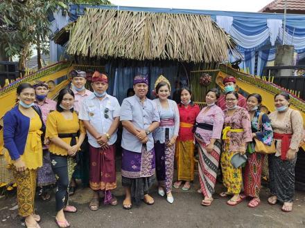 Menghadiri undangan acara Pernikahan Sekretaris Desa Tamblang