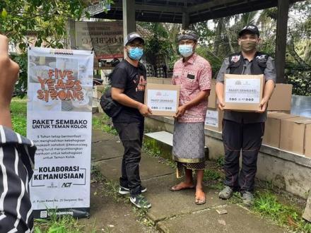 Sahabat Ketan Susu Coeg memberikan Paket sembako Kepada Warga Kolok di Desa Bengkala